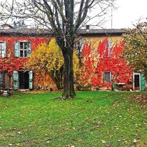 Un angolo del parco e la casa in autunno